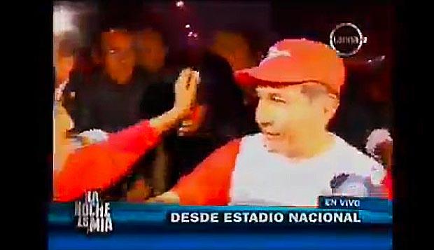 (Video) Tirán basura, botellas e insultan a Humala a su salida de Estadio Nacional