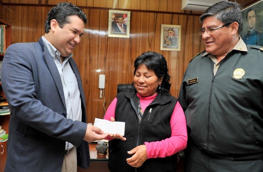 Entregan recompensa de S/. 20 mil a mujer que ubicó a niña Bayolet