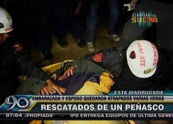 Policía rescató a pareja atrapada en peñasco durante 11 horas