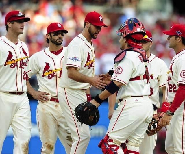 El equipo de los Cardenales de San Luis se felicita tras el segundo triunfo en casa sobre los Dodgers.