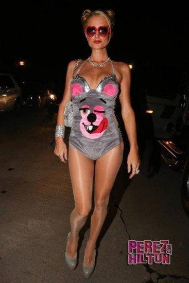 Paris Hilton fue a fiesta Playboy disfrazada de Miley Cyrus