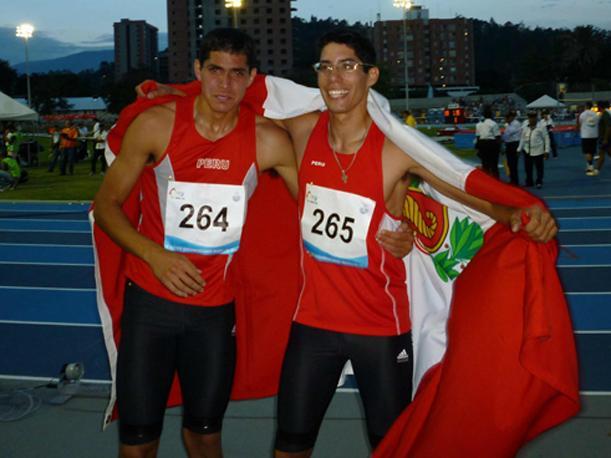Los hermanos Jorge (con lentes) y Javier Mc Ferlane fueron los mejores en el Salto de Longitud.