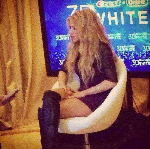 [FOTOS] Minifaldita de Shakira le juega mala pasada en entrevista