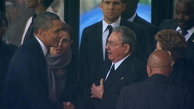 Nelson Mandela los une: Barack Obama y Raul Castro se dan apretón de manos