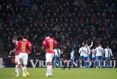 El líder Vitesse (con camiseta alterna blanca y azul)  agravó la crisis del PSV tras golearlo por 6-2.