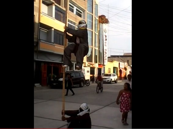 [VIDEO] Ilusionistas 'flotan' en el aire y sorprenden en calles de Chiclayo