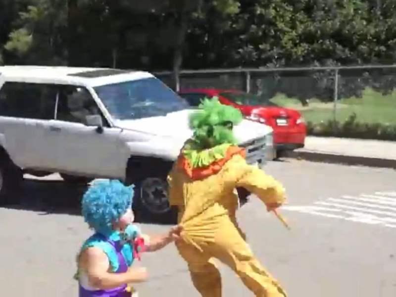 [VIDEO] Katy Perry se viste de payaso y casi la atropella una camioneta