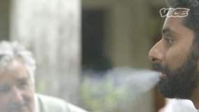 [VIDEO] Periodista fuma marihuana durante entrevista con presidente Mujica