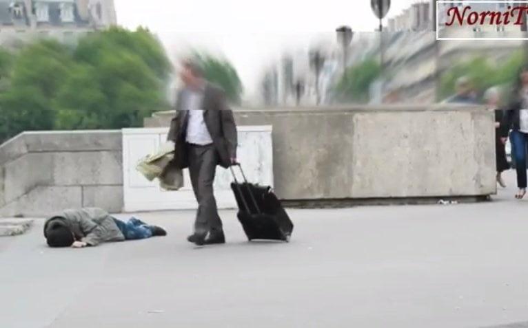 [VIDEO] Impactante: No ayudan a vagabundo que se muere en la calle pero...