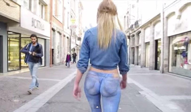 [VIDEO] Modelo camina semidesnuda por la calle y casi nadie lo nota