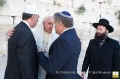 (Foto osservatoreromano.va) Papa Francisco y el abrazo de las tres religiones..momento histórico y de paz