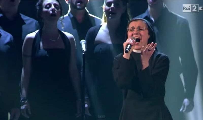 [VIDEO] La Voz Italia: Sor Cristina pasó a la final con esta canción