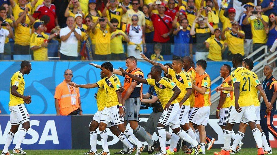 Colombia  festejó triunfo, liderato y además record impuesto por su portero Mondragón.