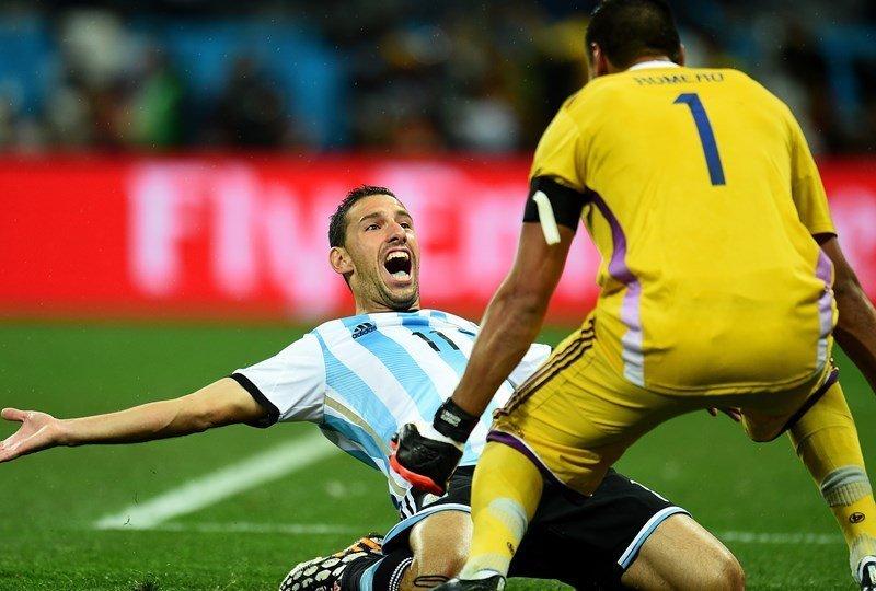 Maxi Rodríguez ya hizo el gol del triunfo y celebra  con Romero (atajó dos penales) el pase de Argentina a la final de Brasil 2014.