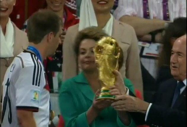 [VIDEO ATV - Tu TV] El 'bamboleo' de la Copa del Mundo entre Blatter y Dilma
