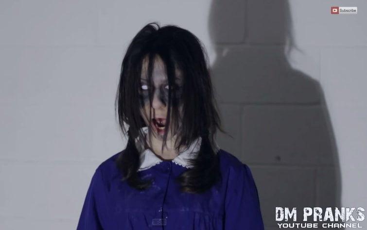 [VIDEO] Broma pesada: 'Hija del Diablo' asusta en solitarias calles