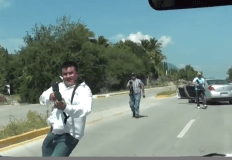 [VIDEO] Impactante: Amenazan con armas a periodistas en México