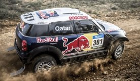 El catarí Al-Attiyah sigue dominando en autos.