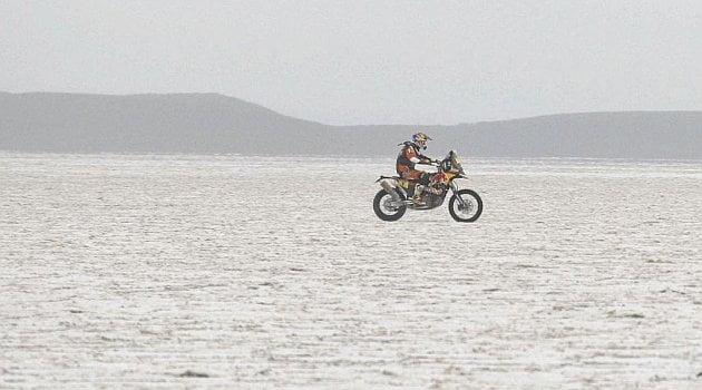 El español Coma aprovechó problemas mecánicos en la moto de su compatriota Barreda Bort para tomar la punta de la clasificación.