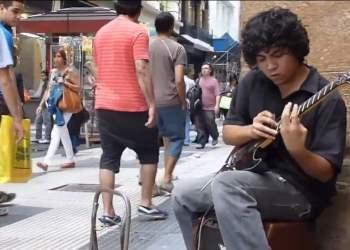 Joven toca guitarra en las calles pero podría superar a Slash