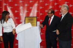 La ministra Magali Silva devela la placa del Consorcio  Perú Tech tras su inauguración.