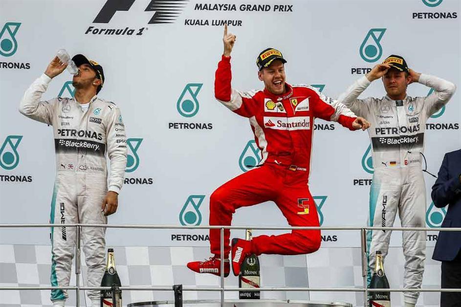 Vettel mostró su alegría tras obtener un importante triunfo para él y para la escudería Ferrari.