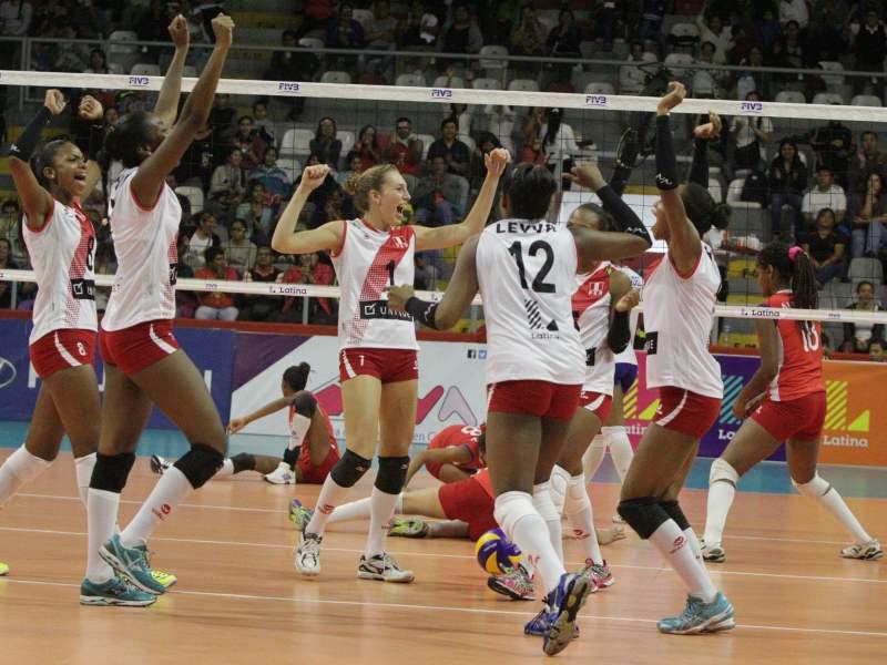 Las muchachas juveniles de Perú celebraron su primer triunfo en la Copa Latina.