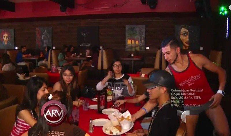 Texas: Meseros con poca ropa atraen a chicas en restaurant [VIDEO]