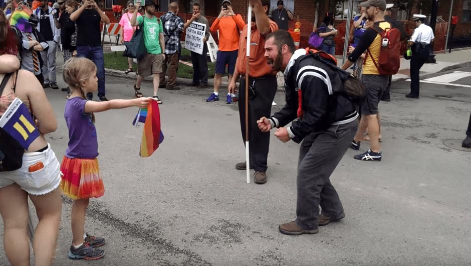 YouTube: Una niña humilla a pastor homofóbico [VIDEO]