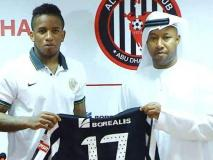 Farfán posa con la camiseta 17 del Al Jazira.