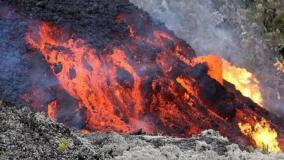 Mientras la lava amenaza zonas pobladas se ordena evacuación inmediata en la zona