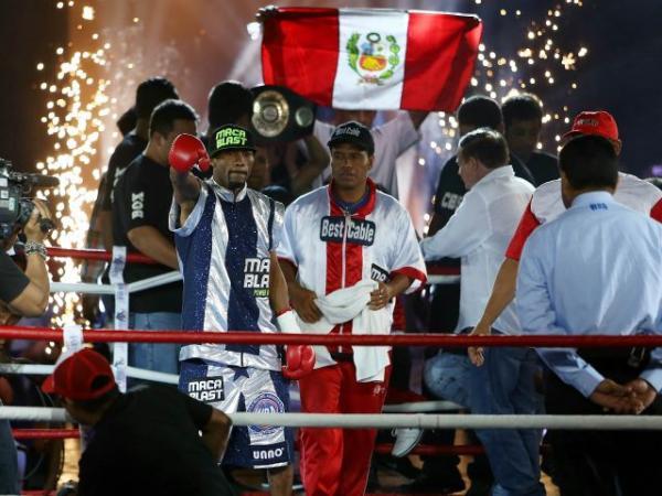 Carlos Zambrano retuvo su título mundial de box por su mayor dominio del ring.
