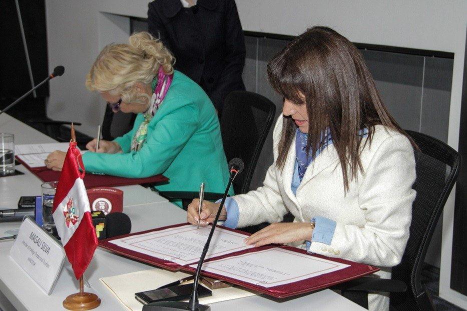 Momento de la firma del Memorando para fortalecer vínculos el intercambio comercial entre el Perú y el bloque de la CEE.