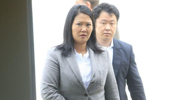 Keiko Fujimori sale al frente de su hermano Kenji Fujimori