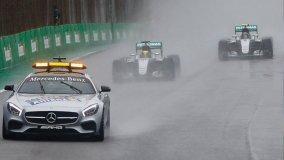 Hamilton se impuso en Brasil a la lluvia y a Nico Rosberg.
