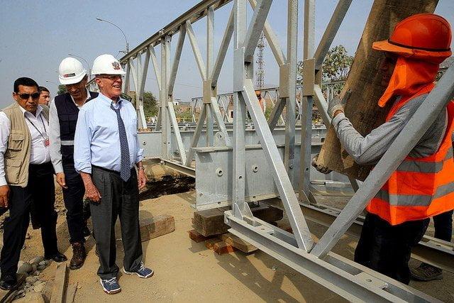 Kuczynski inspeccionó ensamblaje final del puente Bailey afectado por desborde del rio Huaycoloro