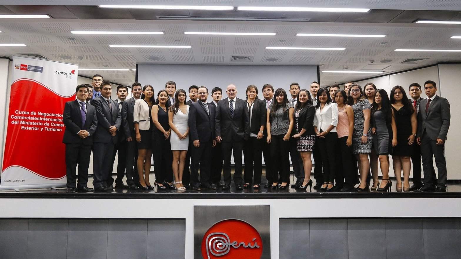 Mincetur: Estudiantes y egresados universitarios y culminaron con éxito curso de Negociaciones