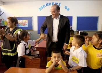 El premier Zavala interactuó con los estudiantes del Colegio María Parado de Bellido.