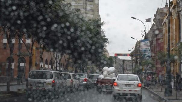 Cinco cuidados claves para manejar nuestro auto en días de lloviznas