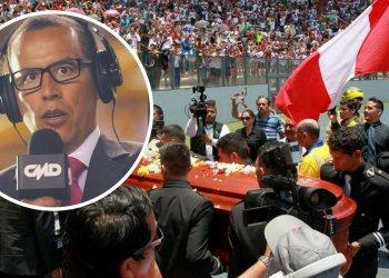 Hinchas aplauden mientras el féretro del periodista Daniel Peredo
