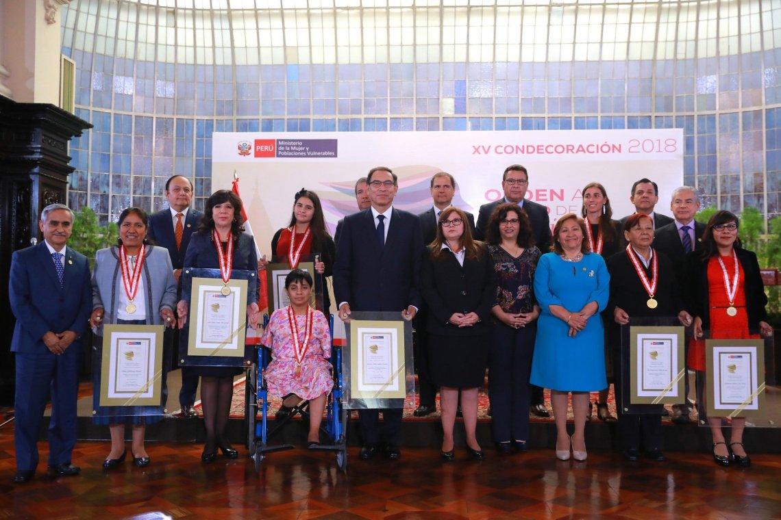 El presidente Vizcarra condecoró a siete compatriotas mujeres.