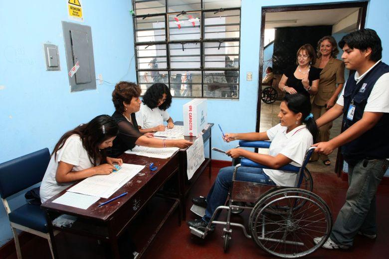 Pese a discapacidad muchos acuden a votar