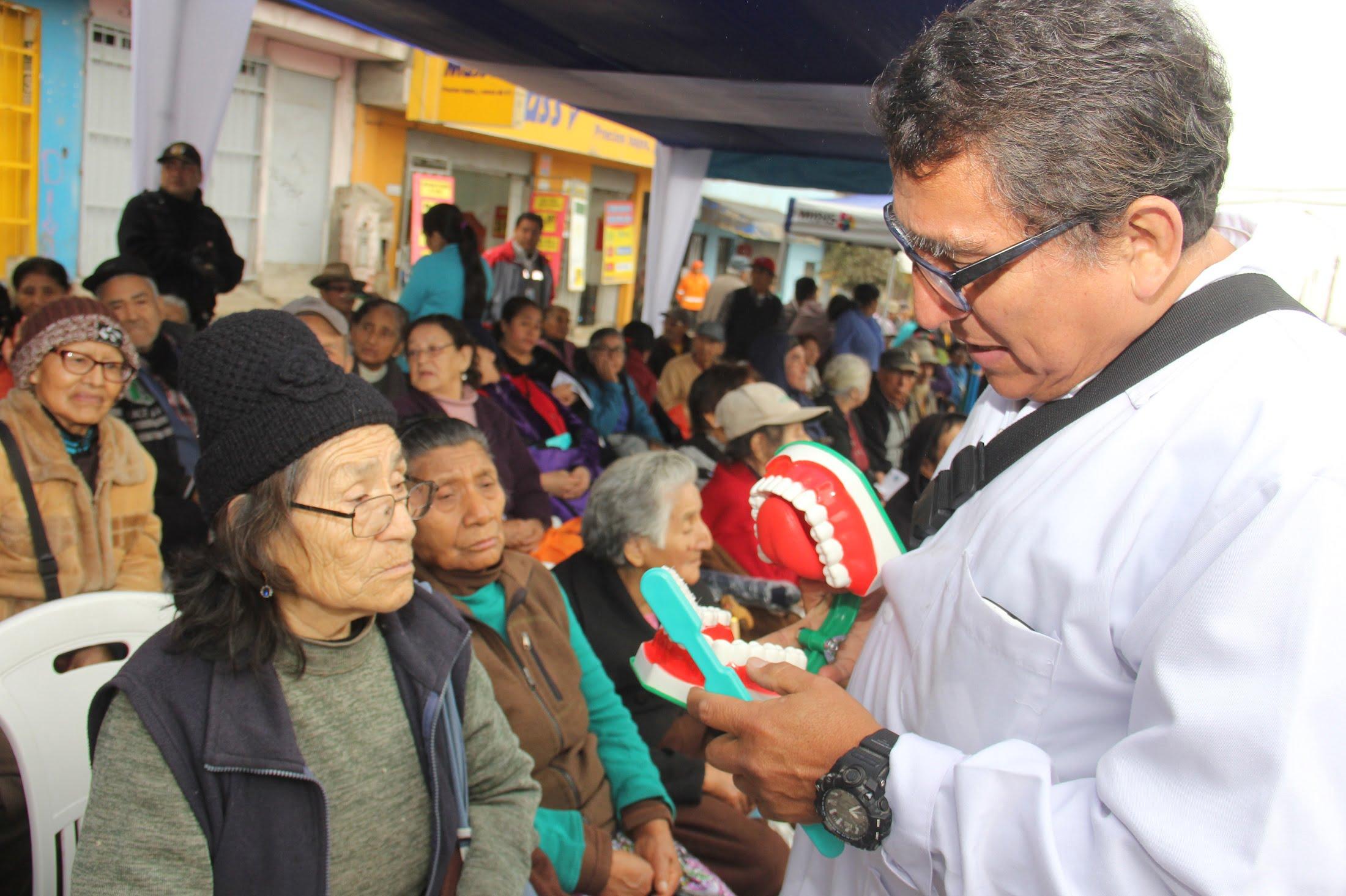 Charlas sobre salud bucal a adultos mayores de Pensión 65