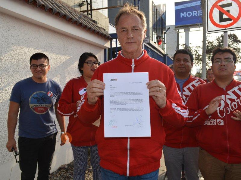 Jorge Muñoz entrega carta a Renzo Reggiardo en su casa