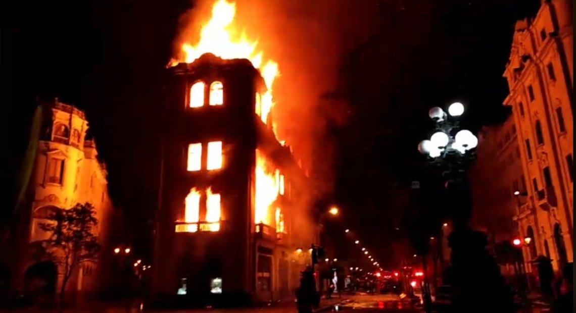 Gran incendio consume edificio en la Plaza San Martín