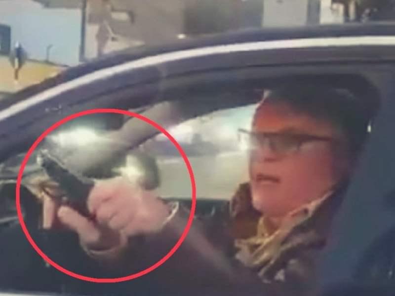 Renuevan licencia de conducir a hombre que amenazó a otro con pistola