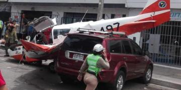 Videos de la caída de avioneta de la FAP sobre avenida en Surco