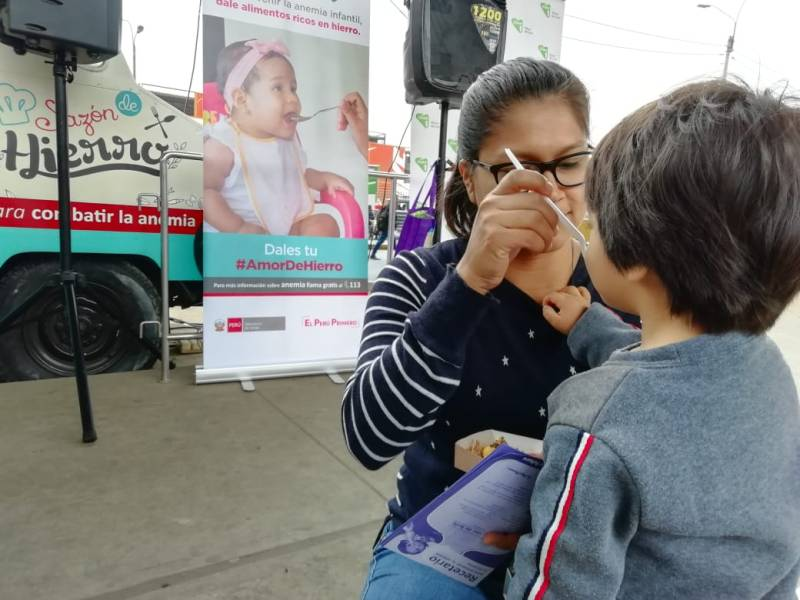 Familias aprenden a prevenir la anemia en Food Truck 'Sazón de Hierro'