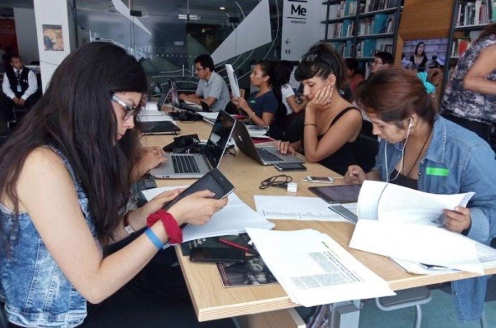 Más mujeres peruanas y universitarias usan Internet revela INEI