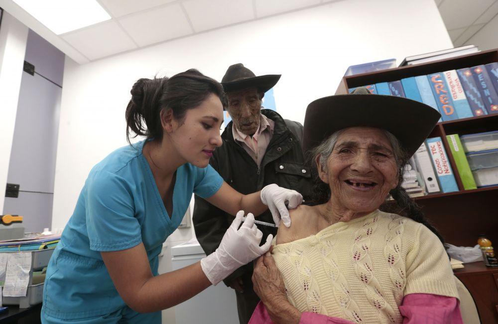 Anciana vacunada por coronavirus